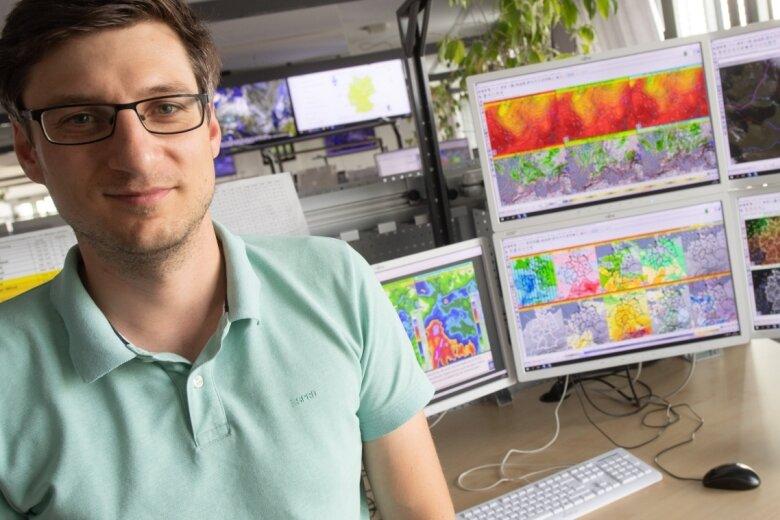 Tobias Reinartz, Meteorologe beim Deutschen Wetterdienst, vor Monitoren, auf denen Wetterprognosen zu sehen sind. Der Deutsche Wetterdienst erstellt aus einer Vielzahl von Daten ein möglichst genaues Wetterbild für Deutschland und gibt auch Unwetterwarnungen heraus.