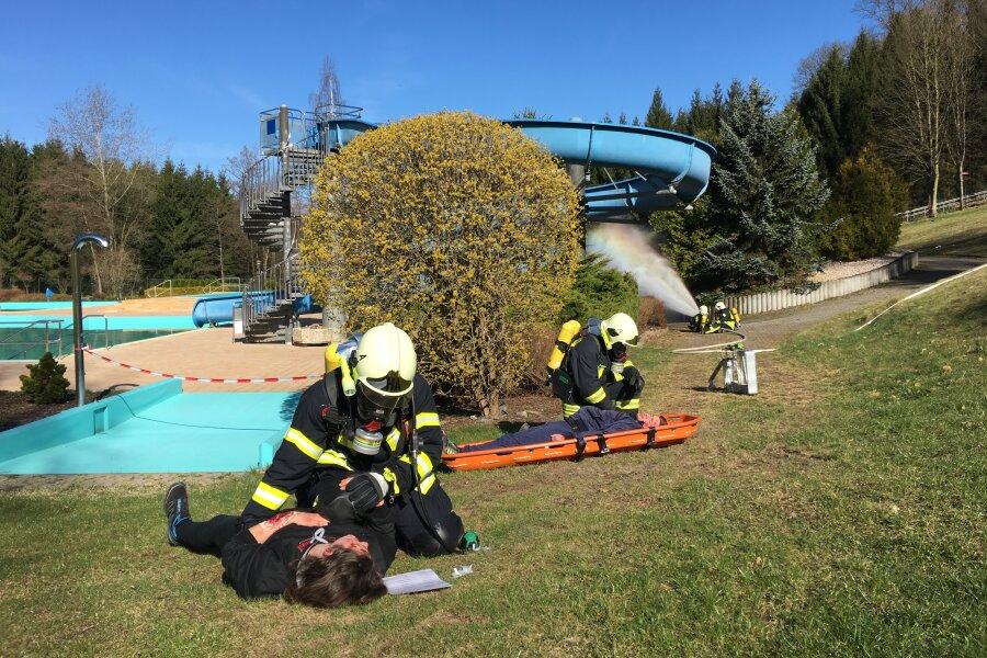 Rettungskräfte rücken zu Übung im Hartensteiner Freibad aus