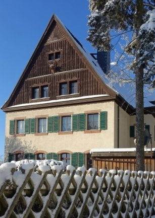Winterlich präsentierte sich noch kürzlich das frühere Forsthaus am Fuchsloch.