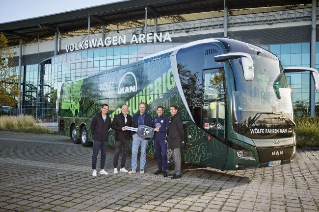 Bei der Bus-Übergabe in Wolfsburg.
