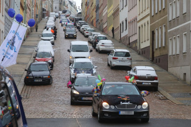 Samstag 13.13 Uhr auf der Steilen Wand: Ein bisschen Fasching muss sein, haben sich die Vereine gedacht. 35 Autos drehten eine Runde durch Meerane.