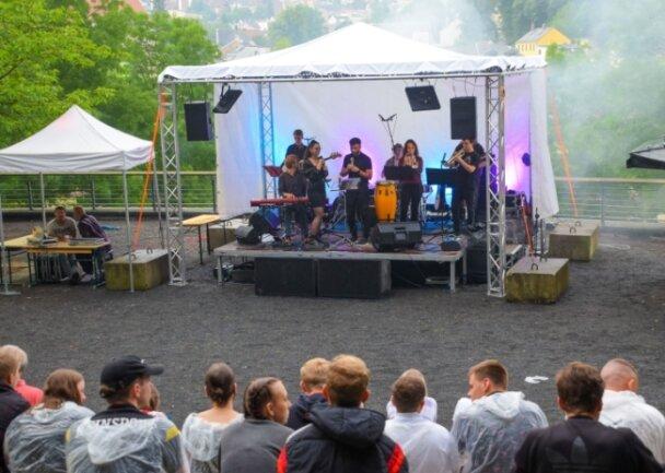"""Die Band Scusi mit Selina Tulasoglu und Elias Störr bei ihrem Auftritt zum Reichenbacher Jugendmusik-Festival """"Back to live"""" am leider verregneten Samstagabend im Park der Generationen."""