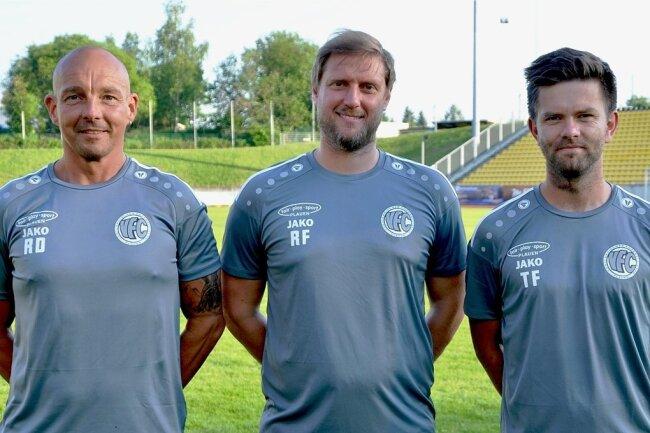 VFC-Cheftrainer (Mitte) Robert Fischer liegt einer Lungenentzündung im Krankenhaus. Die Leitung der Oberliga-Mannschaft haben vorübergehend Assistenztrainer Tommy Färber (rechts), Torwarttrainer Ronny Diersch (links) und Mannschaftsleiter Roland Pöhler (nicht im Bild) übernommen.