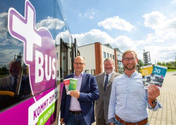 Freuen sich über den neuen Bus: Thomas Schwui, Harald Herold, Tino Metschnabl (von links).