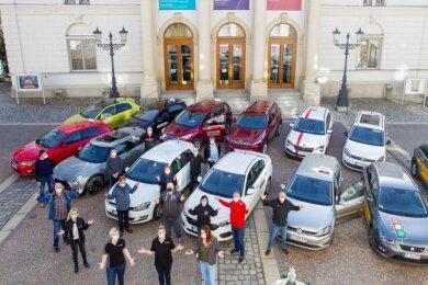 Fahrlehrer am Donnerstag in der Plauener Innenstadt: Sie sind verärgert darüber, dass sie auch weiterhin keine Ausbildung anbieten dürfen. Einige von ihnen tragen sich mit dem Gedanken, ihren Job ganz aufzugeben.