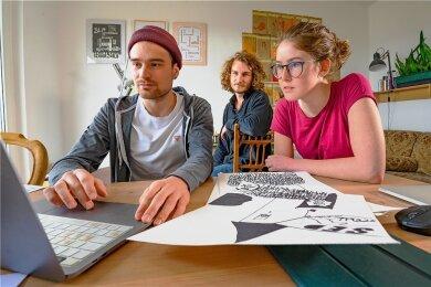 """Leopold Rubahn, Noah Hailer, Lotte Pönnighaus (von links) leben in einer WG und studieren in Schneeberg Holzgestaltung. Sie beteiligen sich am Kunstprojekt zu 75 Jahren """"Freie Presse""""."""