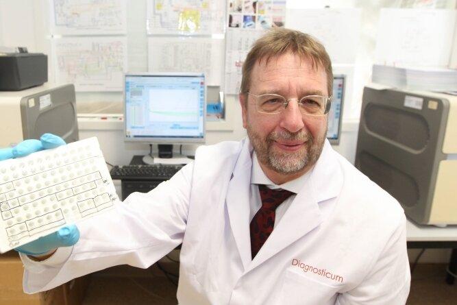 Im Plauener Labor der Laborkette Diagnosticum werden von Labormediziner Dr. Michael Praus unter anderem die Coronatests vom Flughafen Dresden untersucht.
