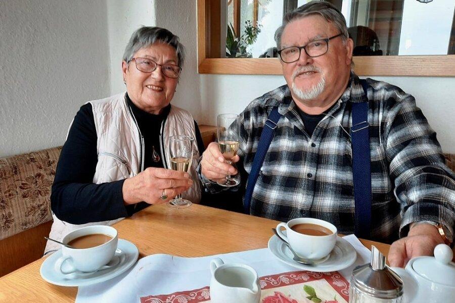 Gisela und Wolfgang Kreßner genießen Kaffee und Sekt zum Hochzeitstag in Augustusburg.