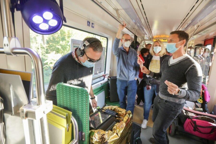 Premiere: Der erste Partyzug rollte am Samstagnachmittag von Chemnitz über Niederwiesa und Frankenberg nach Hainichen und wieder zurück nach Frankenberg. Das Kulturhauptstadt-Projekt ist eine Idee von Thomas Uhlig und Kai Rösler. Letzterer stand als DJ am Mischpult (im Foto links).