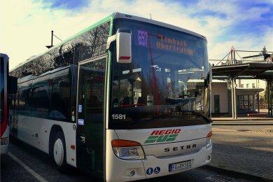 Dieser Setra-Omnibus gehört zu den 20 neuen Fahrzeugen von Regiobus Mittelsachsen, die derzeit bereits imEinsatz sind. Ein Erkennungszeichen ist die Linienanzeige in pink.