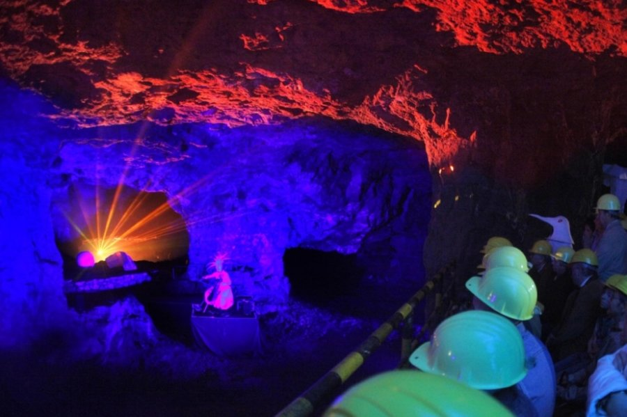Die berühmten Zinnkammern im Besucherbergwerk Pöhla, Teil eines ehemaligen Uran- und Zinnbergwerks, in fantastischem Glanz: Zahlreiche Besucher erlebten dort auch Sonderführungen, die durch dreidimensionale Laser-Shows und eindrucksvolle Lichtprojektionen in den einstigen Abbauhallen unvergesslich wurden.
