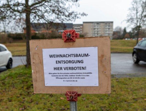 Wo früher Sammelstellen für Weihnachtsbäume waren, stehen jetzt Verbotsschilder - wie hier an der Leipziger Straße in Rochlitz. Die Schilder enthalten den Hinweis, die Bäume im Wertstoffhof zu entsorgen.