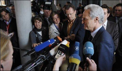 """Die SPD hat nur noch ein Wort für Peter Ramsauer: """"Katastrophal"""". Zwar ließ der Verkehrsminister ab Dienstag wieder zahlreiche Flüge zu, konnte aber auch nicht erklären, wieso die Airlines nun wieder starten dürfen."""