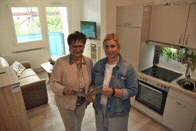 Eine Musterwohnung kann von Interessenten angeschaut werden. Gabriela Haas-Zens und Lina Reiner von der Wohnungsbaugesellschaft (von links).