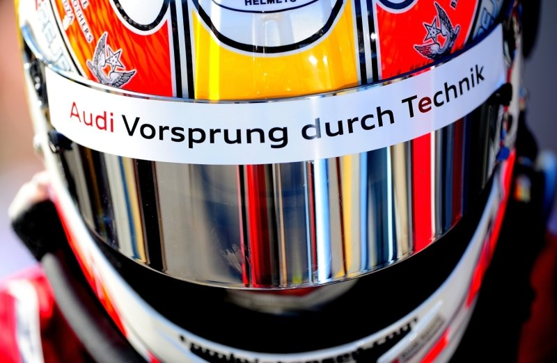 So wirbt der Autobauer auf dem Helm des dänischen Rennfahrers Tom Kristensen. Doch die Manipulation der Abgas-Technik bei Dieselfahrzeugen macht dem Ingolstädter Konzern schwer zu schaffen. Rund 80.000 in die USA exportierte Autos waren davon betroffen.