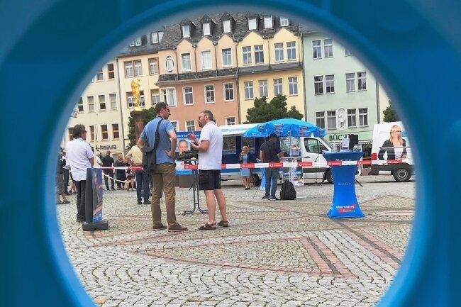 Ganz in Blau: Die AfD Mittelsachsen hatte am Samstagnachmittag auf dem Mittweidaer Markt vor dem Wahlkampf-Stand auch Spielgeräte und eine Hüpfburg aufgebaut, um Familien anzusprechen.