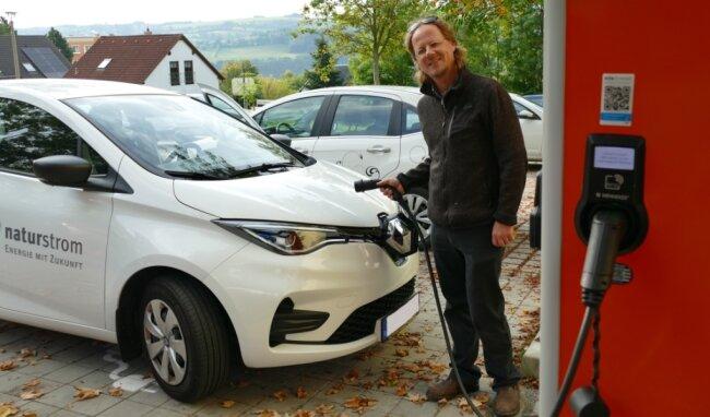 In der Nähe seines Hauses kann Niels Sigmund sein E-Auto an mehreren öffentliche Ladesäulen betanken. Meistens nutzt er jedoch Solarstrom vom eigenen Dach.