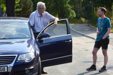 Autofahrer Gunter Dickmann und Chris Hübsch, diesmal ohne Fahrrad, diskutierten beim Pressetermin teilweise heftig miteinander.