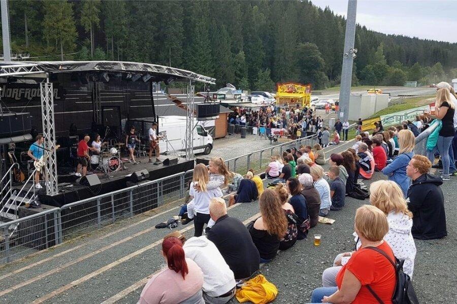 Zwei Bands spielten am Dienstagabend zur Helferparty in der Klingenthaler Vogtland-Arena.