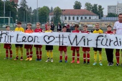 Die Fußballer des BSC Freiberg und des TSV Flöha hatten für die Spendenaktion ein Banner mitgebracht. Beide Teams wollten mit der Aktion auch ein Zeichen setzen für Fairness und Zusammenhalt im Sport.