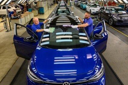 Seit mehr als einem Jahr werden bei Volkswagen Sachsen in Zwickau ausschließlich Elektroautos gefertigt. Künftig wird das Unternehmen fester Bestandteil des VW-Konzerns. Steuerlich ändert sich für die Standorte dadurch nichts.