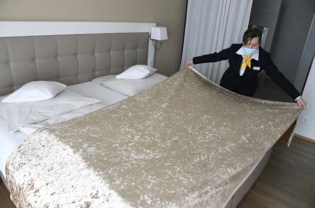 Barbara Tsolakidis bereitet im Hotel König Albert in Bad Elster die Zimmer für die Sportler vor. 108 Zimmer sind am Weltcup-Wochenende im Hotel belegt.
