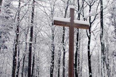 Der Waldfriedhof Erzgebirge in Oberpfannenstiel präsentierte sich zuletzt Hinterbliebenen und Spaziergängern im winterlichen Gewand. Tief verschneit war auch der Andachtsplatz.