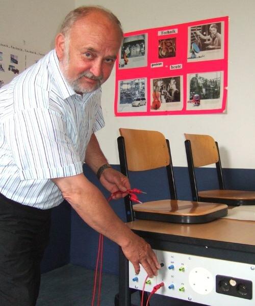 """<p class=""""artikelinhalt"""">Helmut Arndt zieht zum letzten Mal die Kabel aus der Lehrvorrichtung. Der 63-Jährige geht nach 39 Jahren als Lehrer in Rente. </p>"""