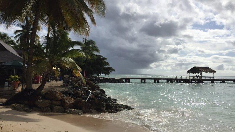 Blau der Himmel, türkis das Meer: Postkartenidylle am Pigeon Point - Tobagos meist fotografiertem Strand.