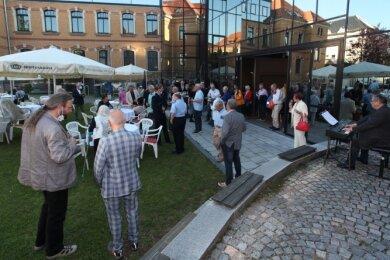 Der Sommerempfang im Innenhof des Robert-Schumann-Konservatoriums würdigt ehrenamtliches Engagement.