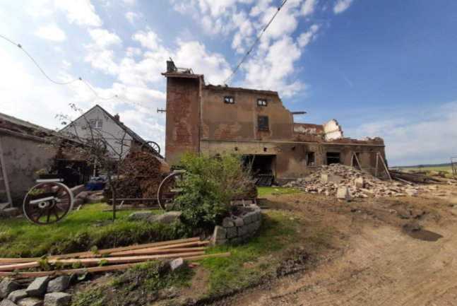 Der Anblick des tschechischen Dorfes Stebno, das von einem Unwetter heimgesucht wurde, war für die Helfer aus Mittelsachsen ein Schock. Viele Dächer und Fenster sind kaputt, ganze Räume nicht mehr bewohnbar.