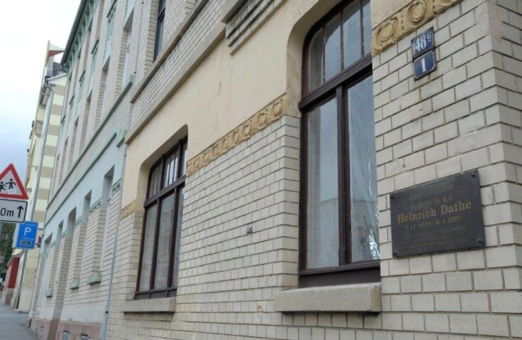 """<p class=""""artikelinhalt"""">Peinlich: Geburtshaus von Heinrich Dathe verkündet die Gedenktafel in der Weinholdstraße 1 in Reichenbach. Das wahre Geburtshaus steht jedoch links daneben. </p>"""