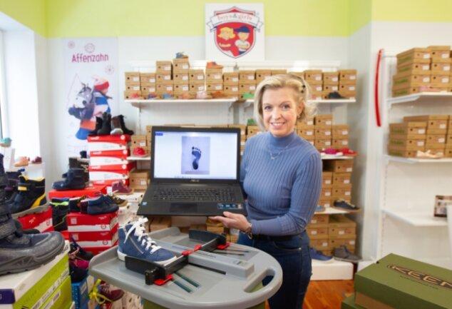 Kinderschuhhändlerin Daniela Schenk lässt sich von Eltern die Fußabdrücke ihrer Sprösslinge schicken und sucht dann passende Schuhe für die Kleinen raus.