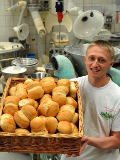 """<p class=""""artikelinhalt"""">Ronny Schmieder, hier mit selbst gebackenen Franzsemmeln, ist Sachsens bester Bäckergeselle. </p>"""