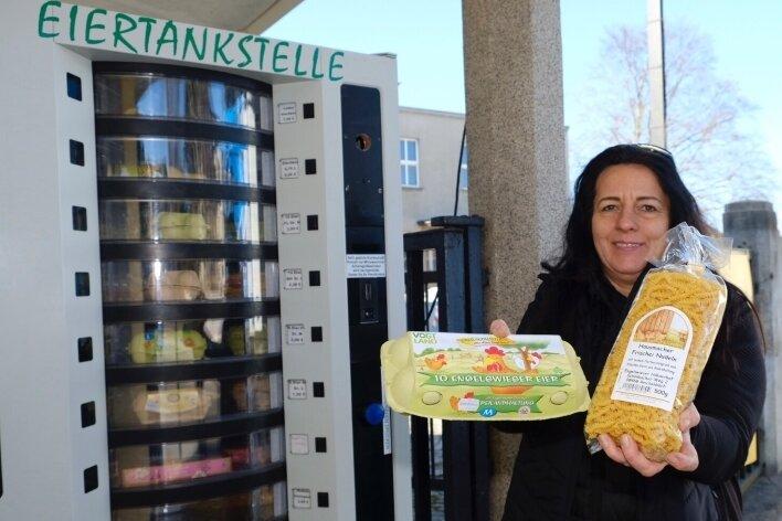Geld einwerfen, Eierbox entnehmen. Carmen Dullenkopf hat die verschiedene regionale Produkte bereithaltende Eier-Tankstelle bereits nachgefüllt.