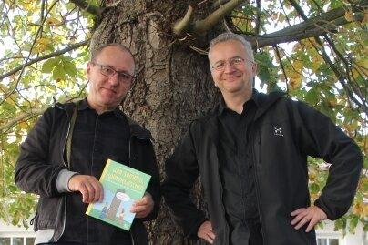 Die Kastanie stand schon vor 50 Jahren auf dem Schulhof, als Jan Kunz (links) und Uwe Krumbiegel hier noch spielten und lernten.
