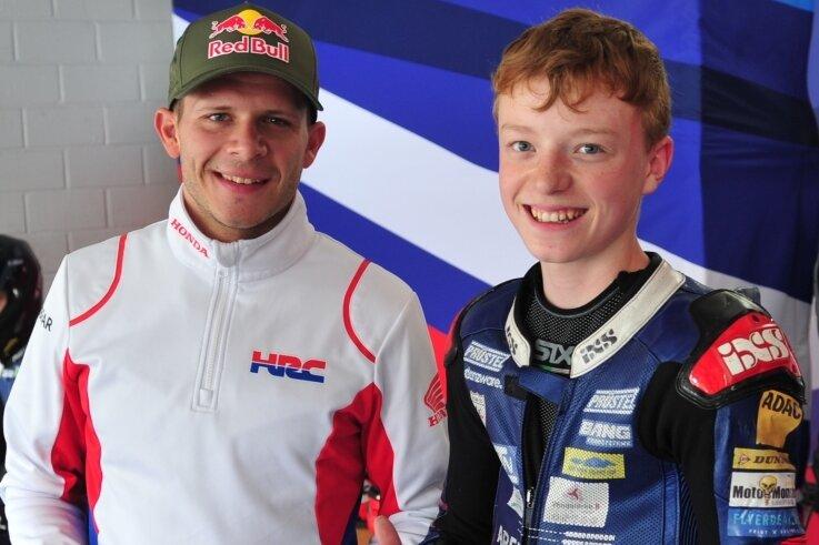 Der Moto-2-Weltmeister von 2011 Stefan Bradl (links) mit Dustin Schneider nach einer kurzen Auswertung einer Trainingssitzung auf dem Hockenheimring.