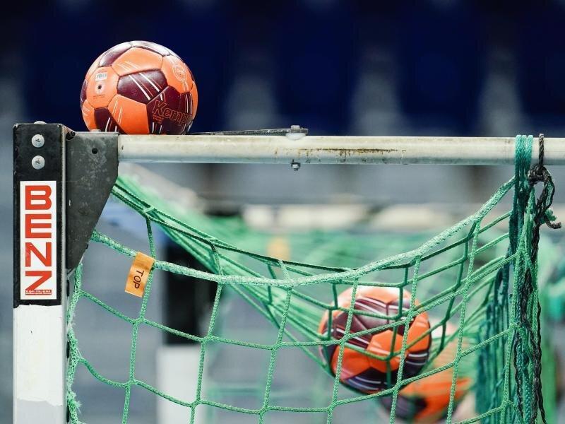 Spielbälle liegen im Netz eines Handball-Tors.