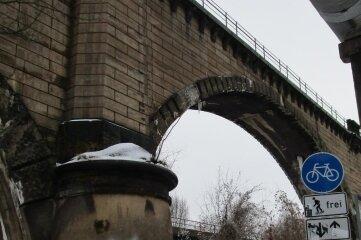 Von diesem alten Viadukt fielen mehrere große Steine auf den Chemnitztalradweg.