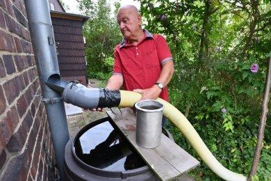 An der Max-Saupe-Straße 35 haben Anwohner bei starkem Niederschlag Probleme mit Wasser, das in die Häuser und Grundstücke gedrückt wird. Jürgen Winkler hat sich einene Art Schutzleitung gebaut, mit der er das Regenwasser umleitet.