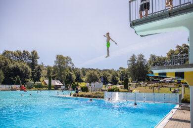 Viele sehnen entspannte Sommertage herbei - wie 2020 im Ehrenfriedersdorfer Freibad (Foto). Doch Betreiber und Besucher müssen sich wohl auf strengere Vorgaben einstellen.Foto: Ronny Küttner