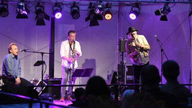 """Volker """"Holly"""" Schlott (rechts) und Falk Breitkreuz (Mitte) traten als Jazz-Formation FAVO gemeinsam mit dem belgischen Sänger Sander de Winne auf Schloss Voigtsberg auf."""