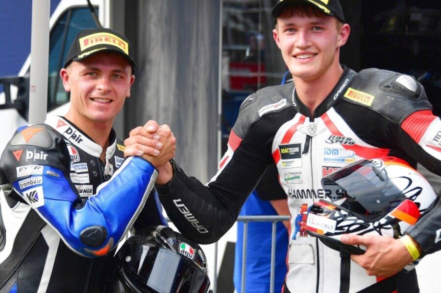 Die Hohenstein-Ernstthaler Max Enderlein (links) und Paul Fröde konnten sich am Wochenende bei den Läufen der Internationalen Deutschen Motorradmeisterschaft in Schleiz zu ihren Leistungen beglückwünschen.