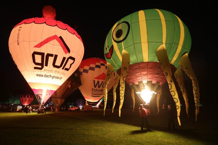 Ballons glühen im Chemnitzer Küchwald