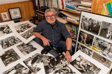 Fotograf Wiegand Sturm inmitten alter Fotos in seinem Arbeitszimmer in Rochsburg.
