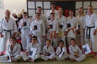 13 Karateka meisterten bei der Gürtelprüfung im Kampfkunstzentrum Zwickau die an sie gestellten Anforderungen.