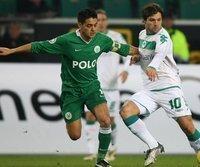 Wolfsburgs Josué (l) im Duell mit dem zweifachen Torschützen Diego