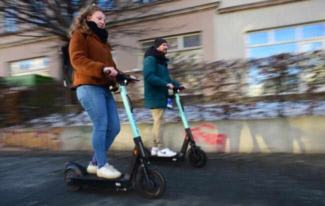Der Regionalmanager von Tier Mobility, Georg Grams, hat mit Reporterin Eva-Maria Gey eine Testfahrt auf dem E-Scooter unternommen. Tier Mobility wurde knapp ein Jahr vor der Zulassung von Elektrorollern für den öffentlichen Straßenverkehr in Berlin gegründet. Für das Foto haben die Autorin und Georg Grams ausnahmsweise den Fußweg genutzt. Dort ist das Fahren mit E-Rollern aber nicht erlaubt.