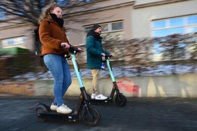 Der Regionalmanager von Tier Mobility, Georg Grams, hat mit Reporterin Eva-Maria Gey eine Testfahrt auf dem E-Scooter unternommen. Tier Mobility wurde knapp ein Jahr vor der Zulassung von Elektrorollern für den öffentlichen Straßenverkehr in Berlin gegründet.