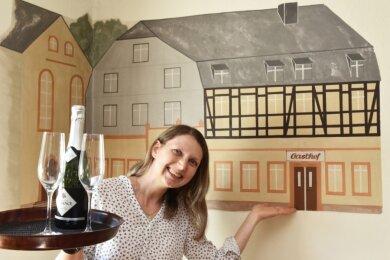 Silke Franke übernimmt den Gasthof Görbersdorf. Malermeister Heerklotz hat 2007 das traditionsreiche Haus im Gastraum verewigt.